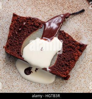 Gâteau au chocolat avec poire pochée Banque D'Images