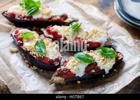 Les aubergines rôti avec tomates et mozzarella Banque D'Images