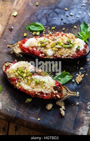 Les aubergines rôti avec tomates mozzarella et pistaches Banque D'Images