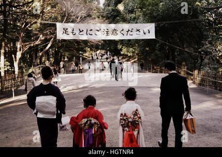 Famille japonaise déambule dans le Parc Yoyogi, à Tokyo, au Japon. 26 décembre 2012. Banque D'Images
