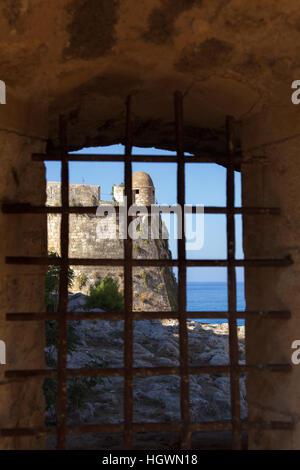 Bastion de la citadelle vénitienne de la Fortezza à Rethymno, Crète, vu à travers la fenêtre, râpé Banque D'Images