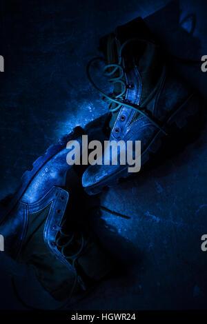 Heavy Duty Boots sale portant sur le plancher Banque D'Images