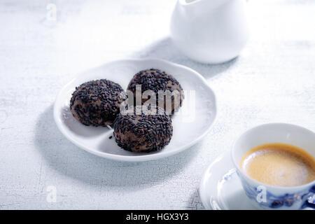 Biscuits aux amandes avec du chocolat et du café. Farine sans gluten. Banque D'Images
