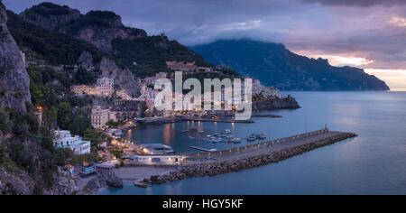 Voir l'aube d'Amalfi, Golfe de Salerne, Campanie, Italie Banque D'Images