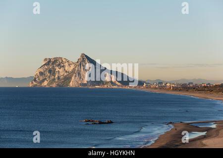 Vue sur le rocher de Gibraltar et de La Linea de la Concepcion, vu de la côte méditerranéenne, dans la lumière du matin