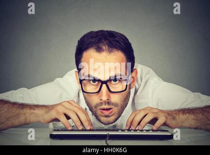 Crazy à nerdy man saisie au clavier Banque D'Images