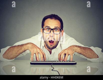 Crazy nerdy drôles de lunettes homme en tapant sur le clavier Banque D'Images