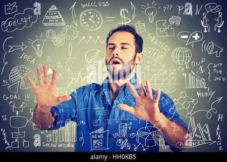 Les yeux bandés man la recherche à travers les médias sociaux complexes plan données financières. Analyste de la Banque D'Images