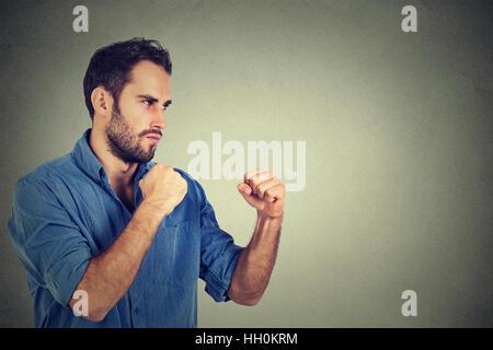Jeune homme en colère se serrant les poings Banque D'Images