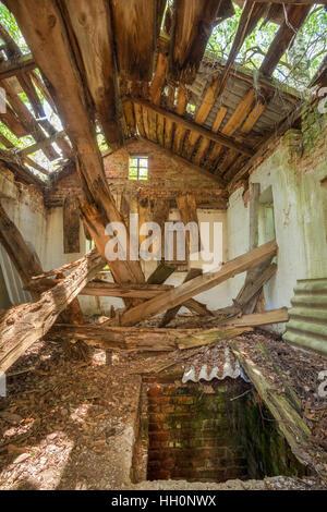 Catastrophe de Tchernobyl. L'intérieur de maison de campagne abandonnée en ruine avec toit effondré dans la zone d'exclusion après les terribles conséquences de la Nuclea