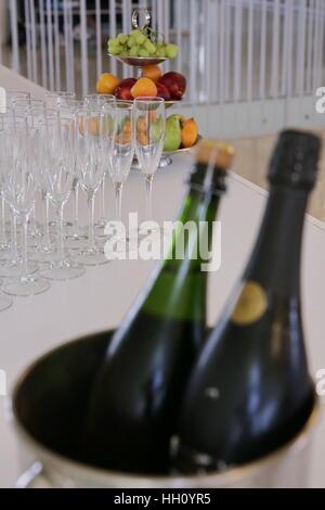 Vin blanc sur une table de buffet Banque D'Images
