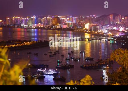 Le port de Sanya de nuit, vue depuis le parc de LuHuiTou Banque D'Images