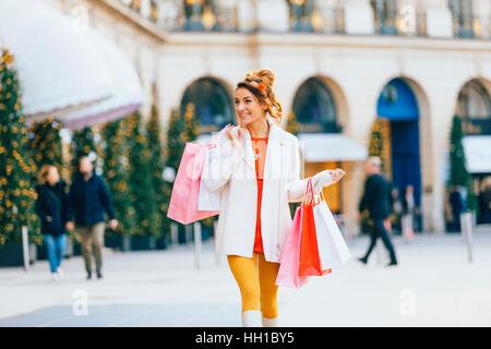 Woman doing shopping à Paris, place Vendôme Banque D'Images
