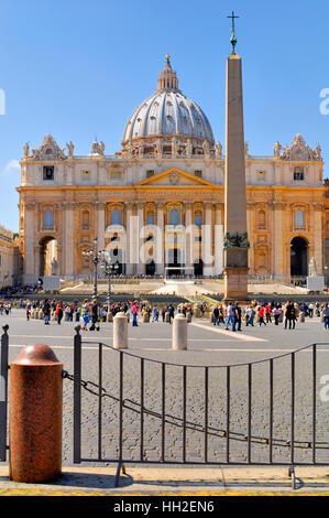 La Basilique St Pierre, bondée de touristes et de pèlerins, non identifié, de partout dans le monde. 13 avril 2013 à Rome, Italie.