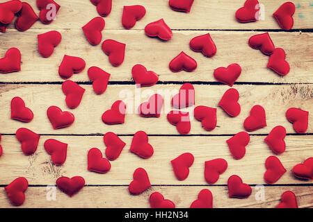 Cœur rouge sur fond de bois aux tons vintage avec. Banque D'Images