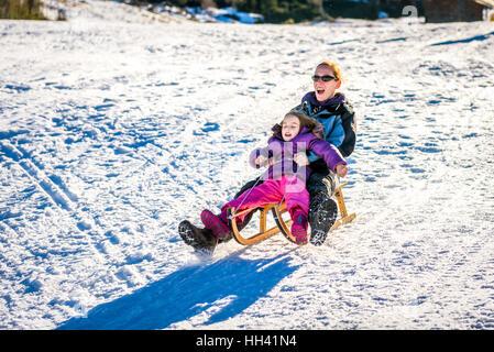 La mère et le petit enfant luge sont très rapide à ski Mountain Resort. Freinage à grande vitesse. Vacances actives Banque D'Images