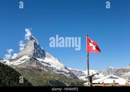 Le Mont Cervin et un drapeau suisse au-dessus de la célèbre village de Zermatt dans le Canton du Valais dans les Banque D'Images