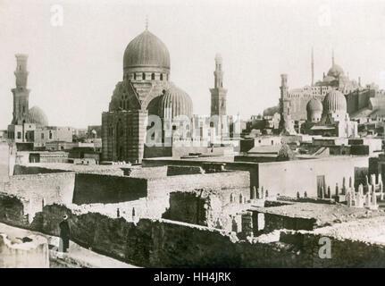 Tombes des mamelouks dans la ville des morts avec la citadelle de Saladin au Caire dans l'arrière-plan (en haut Banque D'Images