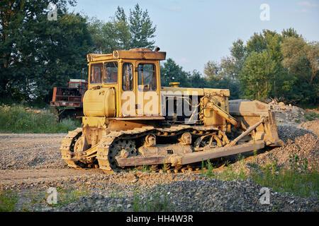 Le tracteur à chenilles jaune dans le gravier canyon. Banque D'Images