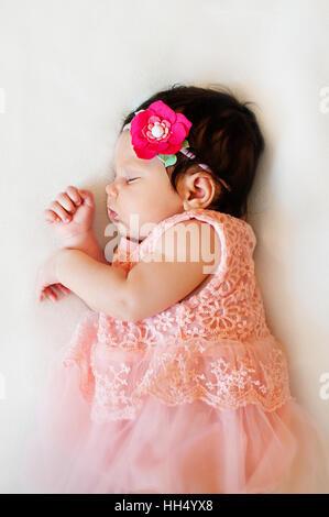 ... Naissance bebe Fille est en train de dormir, s habiller, chiffons rose  qui fe85a37d975