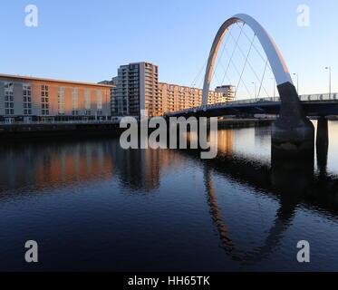 Clyde arc reflète dans rivière Clyde Glasgow Ecosse janvier 2017