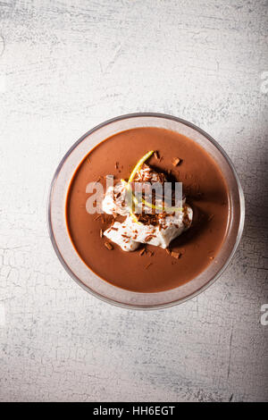 Dessert Mousse au chocolat sur une surface en bois Banque D'Images