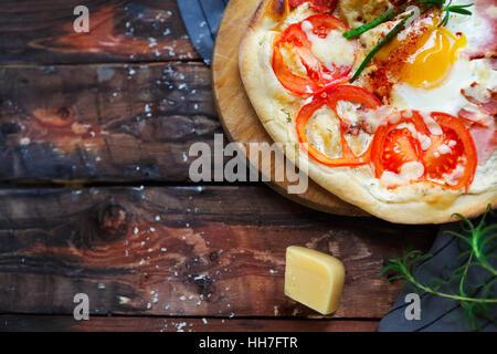 Pizza Margarita avec des feuilles de basilic et d'œufs sur la table en bois, vue du dessus Banque D'Images