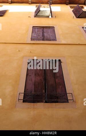 Volets en bois vintage. Maison façade jaune avec des volets en bois. Banque D'Images