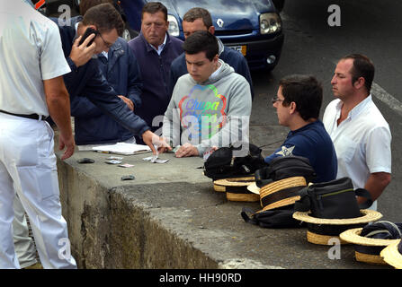 Les pilotes de luge (Carreiros) jouer aux cartes en attendant les clients sur le Monte à Funchal Madère en luge Banque D'Images
