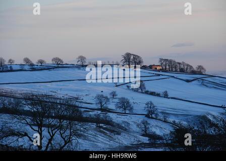 Hiverne en soirée dans un paysage du Yorkshire pendant que le soleil se couche Banque D'Images