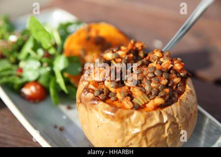 Réchauffement climatique et en bonne santé ou à l'automne automne alimentaire midi, la courge musquée, de lentilles et de la salade, en Angleterre, Royaume-Uni