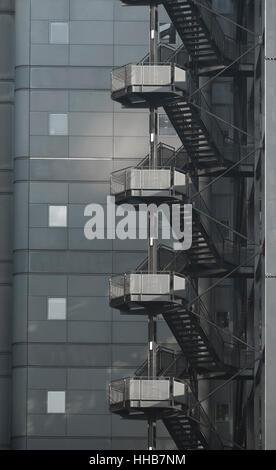 Escalier à vis en acier inoxydable sur l'immeuble de bureaux Banque D'Images