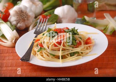 Spaghetti aux blettes et tomates - la cuisine italienne Banque D'Images