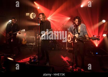 Les Amazones en concert à Radio 1's Festival futur enregistrement live at Maida Vale Studios, Londres. Date de la Banque D'Images