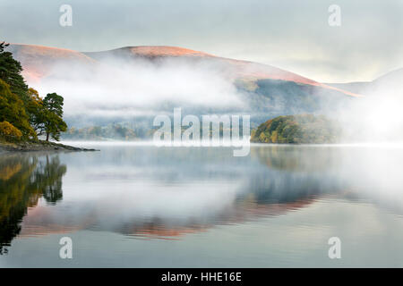 Brume sur Derwent Water à l'aube, d'Brandlehow, Borrowdale, le Parc National du Lake District, Cumbria, Royaume Banque D'Images