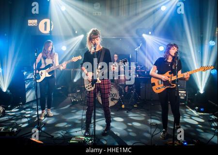 La grande lune Jouez en live à Radio 1's Festival futur enregistrement live at Maida Vale Studios, Londres. Date Banque D'Images