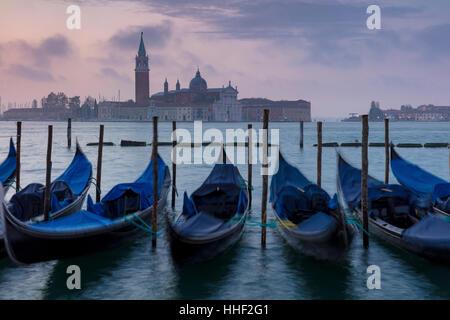 Avant l'aube, la lumière sur les gondoles et San Giorgio Maggiore, à Venise, Vénétie, Italie