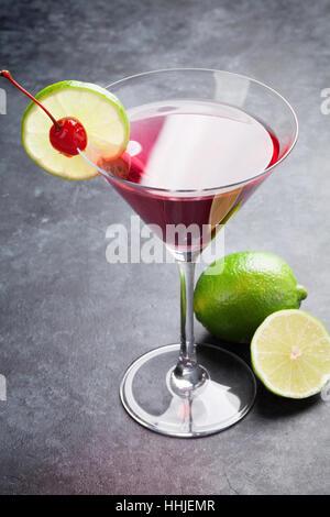Cocktail cosmopolite sur table en pierre sombre