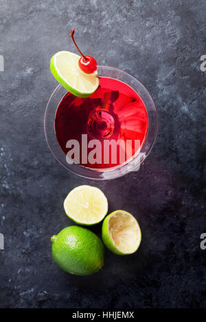 Cocktail cosmopolite sur pierre sombre tableau. Vue d'en haut