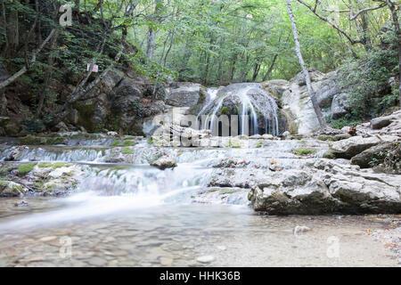 Belle forêt chutes en montagne dans l'après-midi d'été, la Crimée, la Russie Banque D'Images