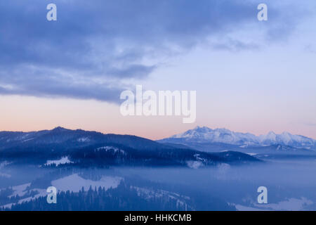 L'approche de nuages de la crête de montagnes Tatra. Banque D'Images