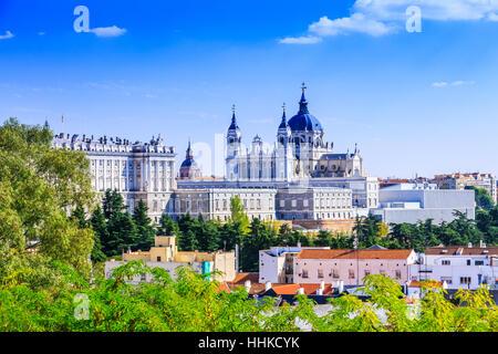 Madrid, Espagne. Santa Maria la Real de la cathédrale Almudena et le Palais Royal. Banque D'Images