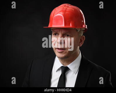 Portrait of senior woman wearing helmet construction Banque D'Images