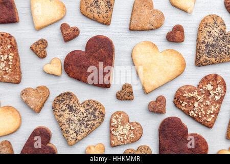 Concept d'amour. Variété de coeur des cookies sur fond rustique gris Banque D'Images