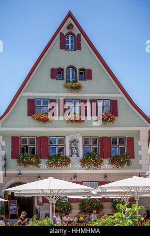 Scène de rue et un café en Dinkelsbuhl, Bavaria, Ansbach, Allemagne, Europe. Banque D'Images