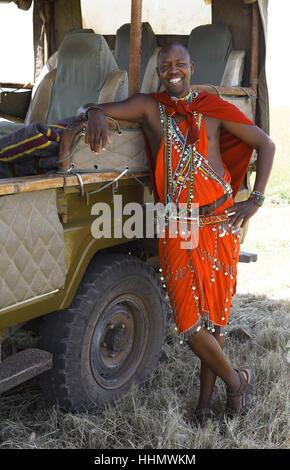 Homme massaï, 28 ans, en s'appuyant sur, shuka traditionnel véhicule safari, Mara Triangle, Masai Mara, Kenya, comté de Narok