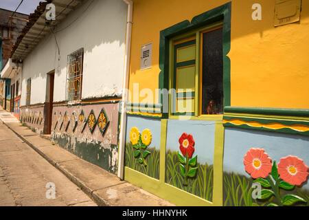 L'extérieur des maisons de style colonial coloré dans la destination touristique ville de Colombie Guatape Banque D'Images