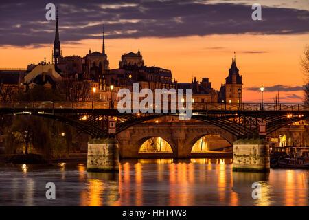 Lever du soleil sur l'Ile de la Cité avec vue sur le Pont des Arts, Pont Neuf et la Seine. 1er arrondissement, Paris, Banque D'Images