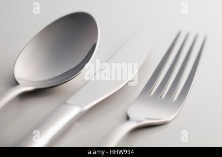 L'argenterie: fourchette, couteau et cuillère sur fond blanc Banque D'Images