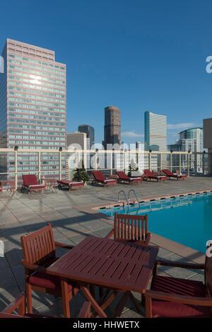 Piscine sur le toit au Warwick Denver Hotel. Le Colorado. USA Banque D'Images